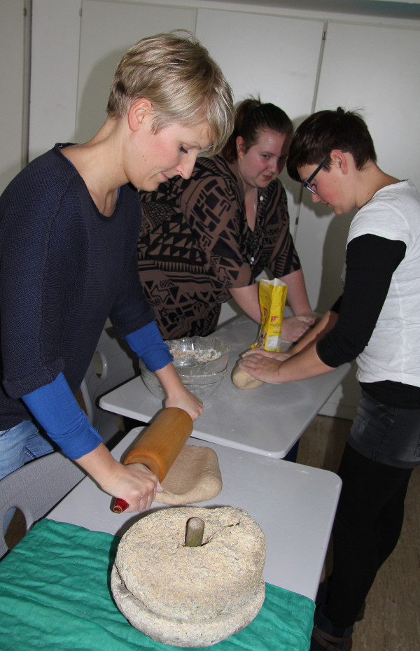 Matzen ist ein ungesäuertes Brot. Die angehenden Erzieherinnen mahlten Getreide mit der Handmühle, so wie es früher in jedem Nomadenzelt gemacht wurde. Foto: Helmut Engel
