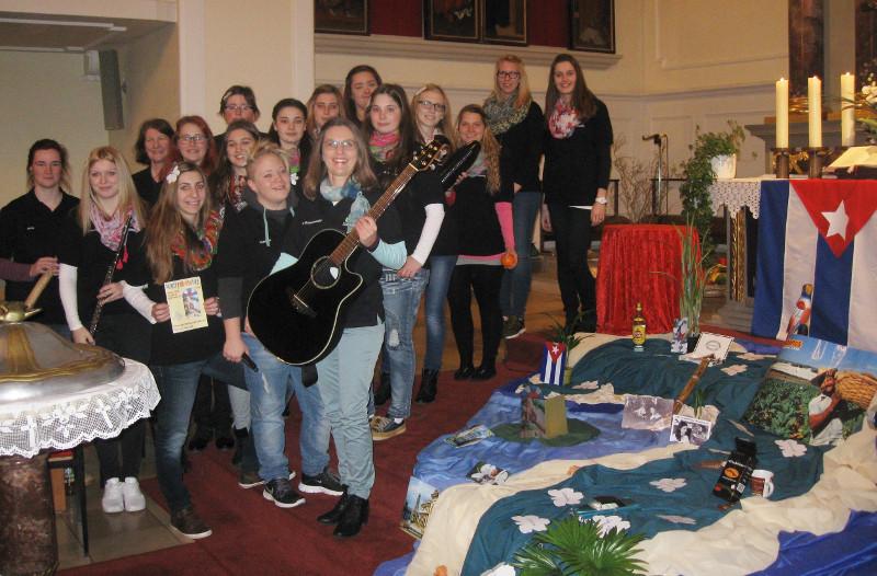 Studierende der FAK 1B mit ihrer Musiklehrkraft Frau Orzechowski bei der musikalischen Ausgestaltung des Weltgebetstages