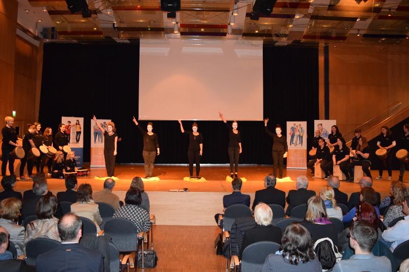 Die Studierenden der Fachakademie für Sozialpädagogik des  Landkreises Hof bei ihrer Performance zu den fünf Säulen der Bildungsregion.