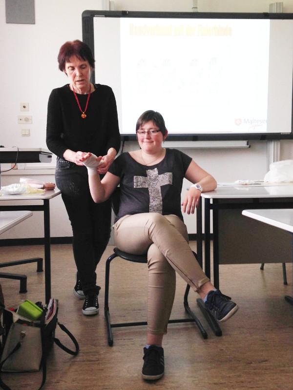 Demonstration durch Frau Feller: Anlegen eines Wundverbandes mit Fixierbinde