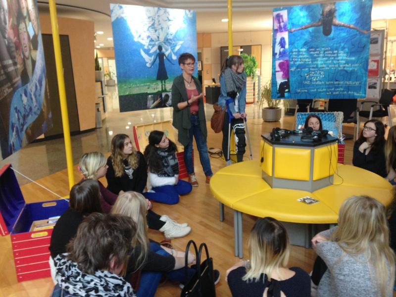 Frau Fischer erklärt den interaktiven Teil der Ausstellung