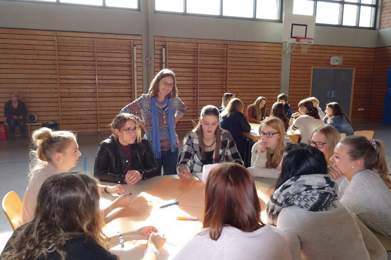 Treffen im World-Cafe: Studierende und Lehrkräfte beim Gedankenaustausch über das schulische Miteinander